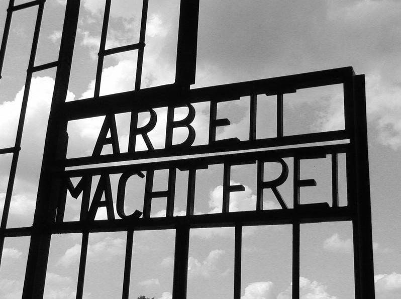 """Portão de Sachsenhausen com os dizeres """"o trabalho liberta"""""""