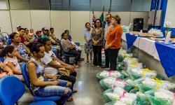 Mães e gestantes recebem enxovais de bebê do Fundo Social