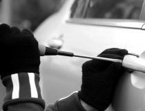 Homem deixa veículo estacionado e tem pertences furtados de seu interior