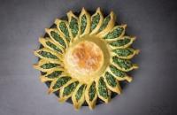 Coroa de espinafre com camembert, espinafre, ricota e fondue de queijo