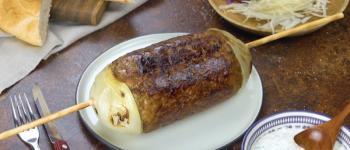 Brochete gigante: delicioso espeto assado de cebola e carne moída