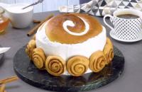 Um bolo cremoso cheio de rolinhos de canela para a família