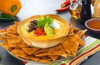 Nachos caseiros com molho cremoso de queijo e acompanhamentos picantes