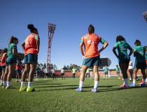 De olho no duelo com a Austrália, Pia comanda primeiro treino com o grupo completo