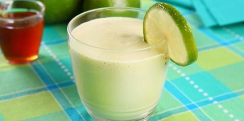 Vitamina de abacate com mel e limão