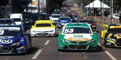 """Pilotos e convidados disputam """"Corrida do Bem"""" da Stock Car no interior de São Paulo"""