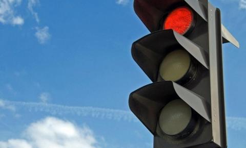 Posso pedir a anulação de uma multa de trânsito por avançar o sinal vermelho?