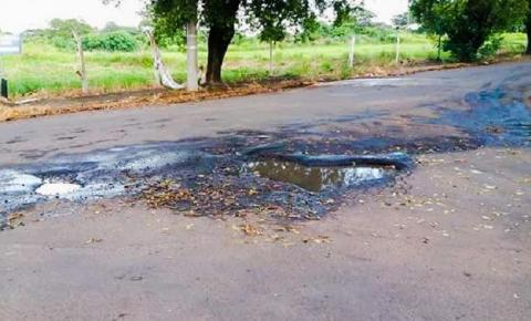 Moradora reclama de buracos em rua próxima ao Pedro Perri em Araçatuba