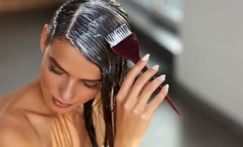 Tingir os cabelos em casa pode trazer riscos à saúde
