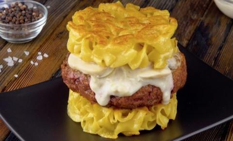 Receita inovadora de hambúrguer com macarrão e strogonoff