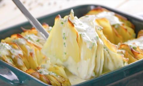 Novidade: Folhas de batatas assadas regadas ao molho de couve-flor