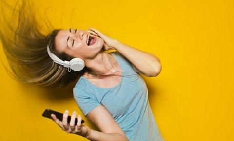 29% dos brasileiros ouvem música pela internet todos os dias, aponta estudo