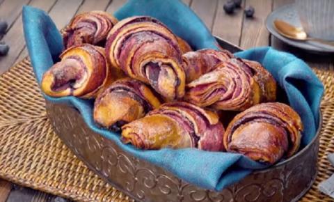 Deixe seu café da manhã mais gostoso com croissants de mirtilo