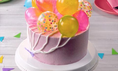 Faça um lindo bolo com balões comestíveis!