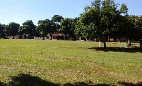 Secretaria de Obras continua roçagem de áreas públicas