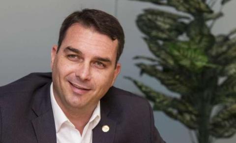 Flávio Bolsonaro explica pagamento de título de R$1 milhão