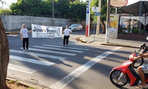 Voluntários da campanha 'Janeiro Branco' fazem conscientização na avenida Pompeu