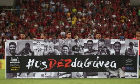 Homenagem a jovens mortos no Ninho do Urubu emociona Maracanã
