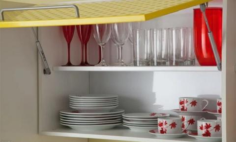 Como organizar os armários da cozinha
