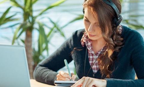 Estudo indica que ouvir música afeta negativamente a criatividade