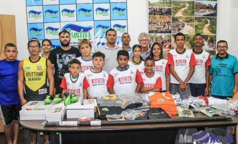 Secretaria de Esportes de Salmourão entrega materiais esportivos para turma de atletismo