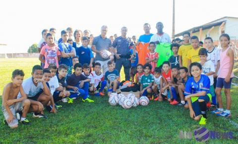 Projeto Renascer da Polícia Militar de Salmourão recebe materiais esportivos da Secretaria de Esportes