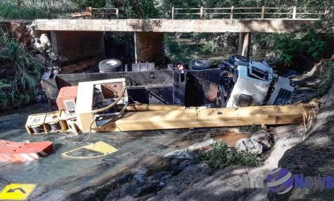 Caminhão que caiu da ponte na vicinal Salmourão x Rubiácea permanece no leito do rio