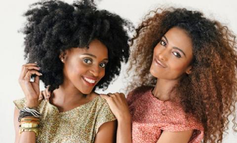 Cauterização pode ser feita em cabelos cacheados? Descubra como fazer o tratamento