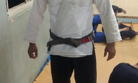 Cristian da Silva, professor de Jiu-Jitsu, ensina valores do esporte para crianças de Avanhandava
