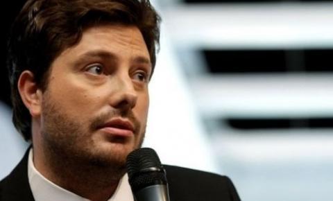 Danilo Gentili foi demitido do SBT por criticar Eduardo como embaixador?