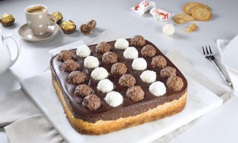 Delicioso cheesecake com Ferrero Rocher e Raffaello