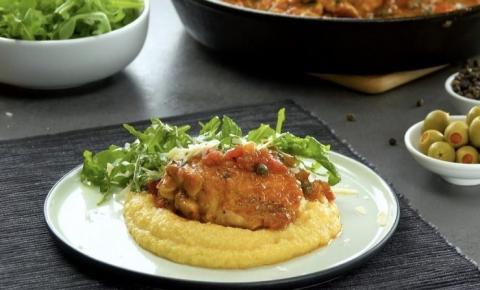 Suculentas sobrecoxas de frango ao vinho branco e alho sobre polenta picante