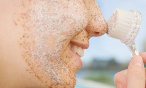 Posso esfoliar a pele seca? Tire suas dúvidas sobre a esfoliação