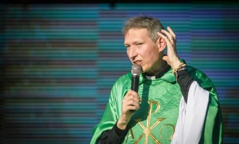 Padre Marcelo Rossi deve receber mais de R$ 50 mil de autora que o acusou de plágio