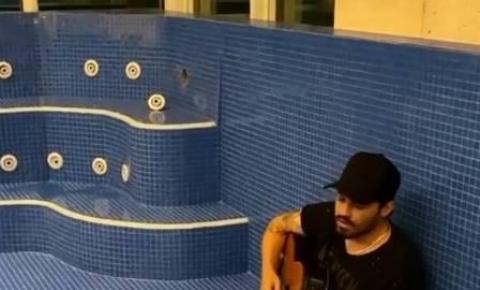 Após término com Maiara, Fernando Zor canta em piscina vazia e famosos fazem piada pela sofrência