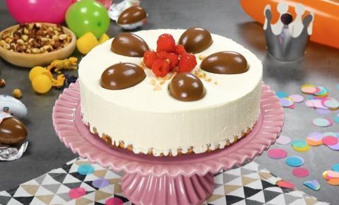Delícia: torta de Kinder Ovo com framboesa e cream cheese