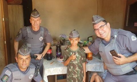 Policiais Militares fazem rateio do próprio bolso para realizar aniversário de garoto que ficaria sem festa e cumprem sonho  dele ao presenteá - ló