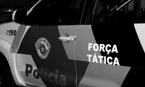 Rapaz tenta fugir e é preso pela Força Tática, por tráfico de drogas no bairro Jardim do Trevo