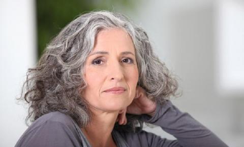 Cuidados com o cabelo branco? 5 dicas para os fios grisalhos