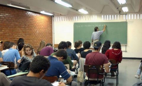 Universitários de cursos presenciais vão receber ensino a distância por 30 dias