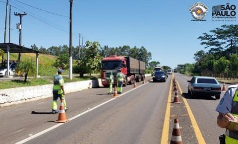 Policiamento Rodoviário auxilia na distribuição de refeições a caminhoneiros