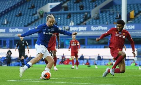 Liverpool empata com Everton, mas segue líder da Premier League