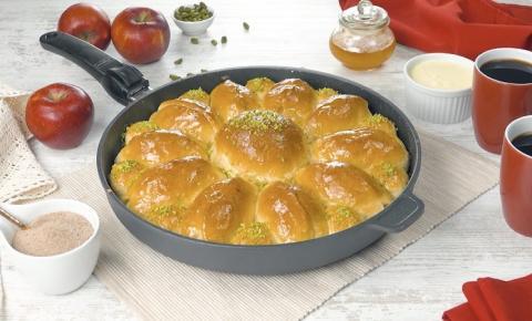 Brioche macio de maçã feito na frigideira