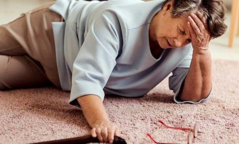 Projeto da USP alerta sobre os riscos de quedas em casa e como preveni-las