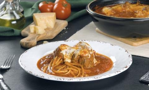 Saborosas almôndegas com espaguete ao molho de tomate