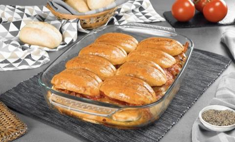 Delicioso gratinado com pãezinhos, peito de frango e bacon