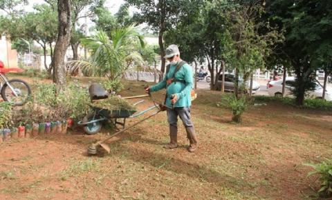 Prefeitura continua limpeza e roçagem de mato alto; equipes se espalham em diversos locais da cidade