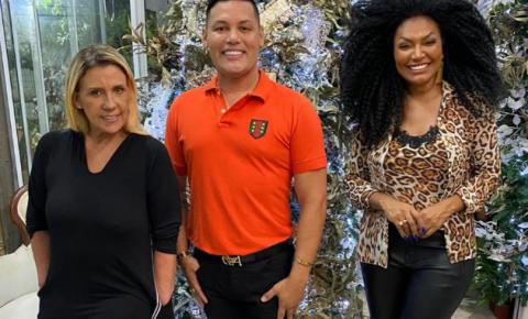 Rita Cadillac e Simone Sampaio posam com Gui Artístico após ganharem presente da Lilian Vargas Semijoias