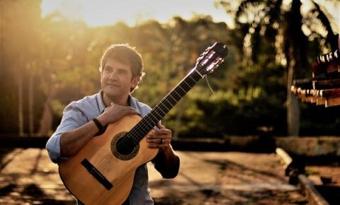 Cantor e compositor Cláudio Lacerda apresenta projeto musical