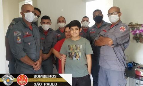 Bombeiros doam um fogão e alimentos para uma família de Marília